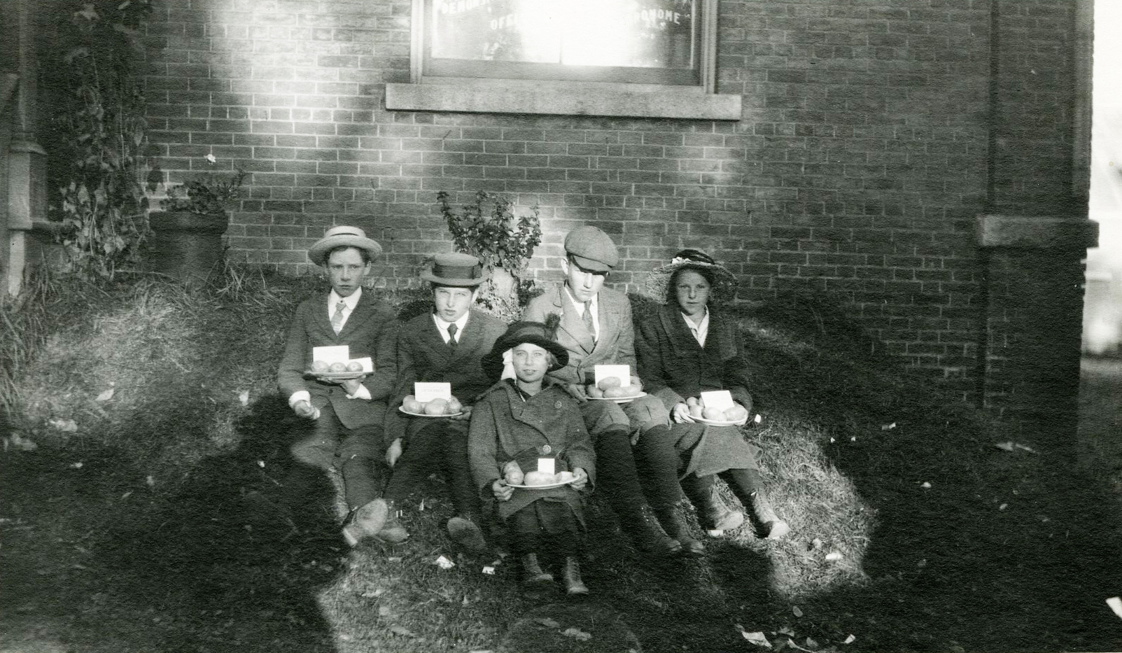 05S_P10,D1,P2 Lennoxville Fair - Children who won prizes on their plate of potatoes ([19-]) (1)