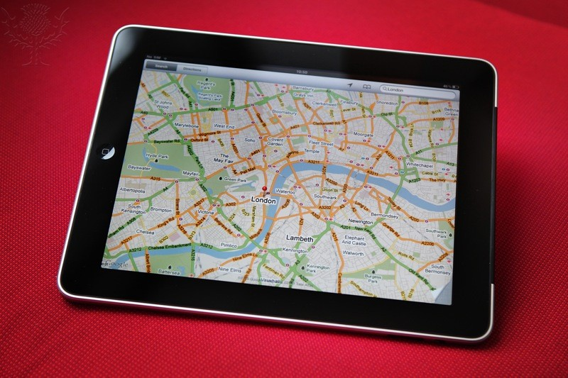 Tablette multimédia affichant une carte de Londres.
