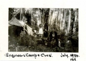 Engineer's Camp and Crew, juillet 1919. BAnQ Trois-Rivières, fonds St. Maurice Forest Protective Association (P27,S1,D1521). Photographe non identifié.